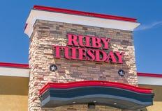 Рубиновые экстерьер и знак ресторана вторника стоковое изображение rf