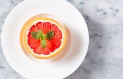 Рубиновый красный грейпфрут в белом шаре Стоковые Фото