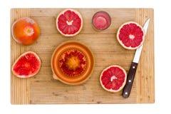 Рубиновый красный грейпфрут с Juicer и острым ножом Стоковые Изображения RF