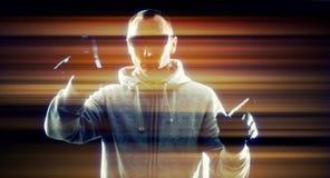 Рубить хакера футуристический используя виртуальную клавиатуру Стоковые Фотографии RF