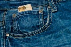 100 рублей счета в карманн Стоковые Фотографии RF