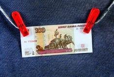 100 рублевок на веревочке Стоковое Изображение