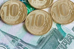 10 рублей монеток и 1000 рублей банкнот Стоковое Фото