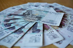 Рубли русских бумажных денег русские, ПРОТИРКА в значении 50 и 100 рублей формируя форму круга Стоковое фото RF