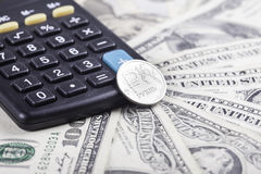 Рубль калькулятора и монетки на предпосылке долларов Стоковое фото RF