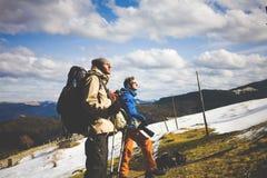 2 других туриста с рюкзаками и камерами Стоковая Фотография