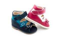 2 другого цвета ботинок младенцев Стоковое фото RF