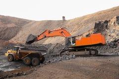 Руда экскаватора выкапывая и нагружая трясет на шахте марганца Стоковое Изображение RF