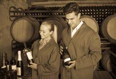 2 дружелюбных работника винодельни в разделе вызревания в погребе Стоковая Фотография RF