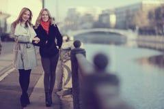 друзья 2 женщины Стоковое Изображение