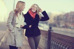 друзья 2 женщины Стоковая Фотография RF