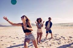 друзья пляжа играя волейбол Стоковая Фотография RF