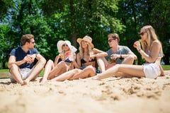 друзья пляжа счастливые Стоковое фото RF