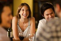 друзья смеясь над совместно Стоковое Фото