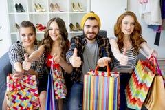 друзья ходя по магазинам совместно Стоковые Изображения RF