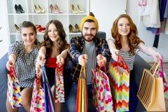 друзья ходя по магазинам совместно Стоковая Фотография RF