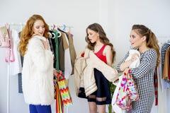 друзья ходя по магазинам совместно Стоковое Фото