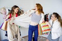 друзья ходя по магазинам совместно Стоковое Изображение