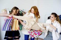 друзья ходя по магазинам совместно Стоковая Фотография