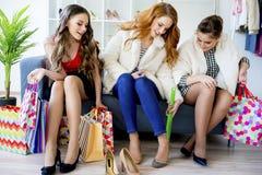 друзья ходя по магазинам совместно Стоковые Изображения