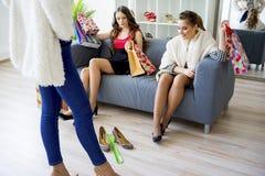 друзья ходя по магазинам совместно Стоковое Изображение RF