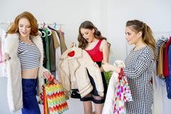 друзья ходя по магазинам совместно Стоковые Фотографии RF