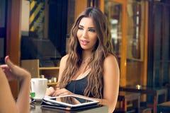 2 друз беседуя в кафе Стоковые Изображения RF