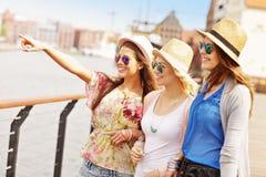 3 друз вися вне в городе Стоковые Изображения