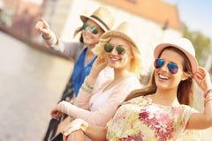 3 друз вися вне в городе Стоковая Фотография