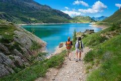 2 друз во время похода в горах идя около alpin Стоковое Изображение