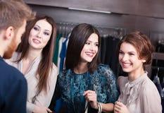 Друзья встречая в магазине Стоковые Фотографии RF