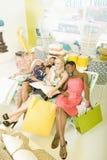 3 друз вымотанного путем ходить по магазинам Стоковое Изображение RF
