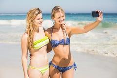 2 друз в бикини принимая selfie Стоковое Фото