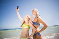 2 друз в бикини принимая selfie Стоковые Фото