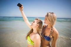2 друз в бикини принимая selfie Стоковые Изображения RF