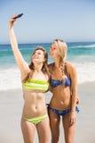 2 друз в бикини принимая selfie Стоковая Фотография
