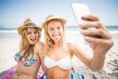 2 друз в бикини принимая selfie Стоковое фото RF