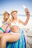 2 друз в бикини принимая selfie Стоковая Фотография RF