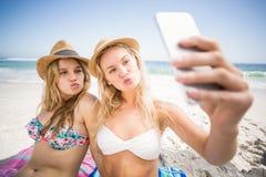 2 друз в бикини принимая selfie Стоковое Изображение