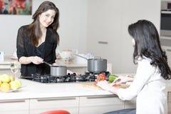 2 друз в варить кухни Стоковые Изображения RF