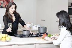 2 друз в варить кухни Стоковые Изображения