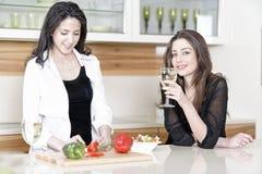 2 друз в варить кухни Стоковая Фотография RF
