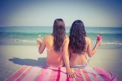 2 друз в купальниках на пляже Стоковое фото RF