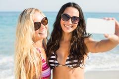 2 друз в купальниках принимая selfie Стоковая Фотография