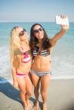 2 друз в купальниках принимая selfie Стоковое Изображение