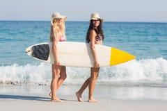 2 друз в купальниках Стоковые Фотографии RF