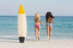 2 друз в купальниках Стоковые Изображения