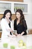2 друз в кухне на мобильном телефоне Стоковые Изображения RF