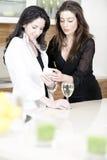 2 друз в кухне на мобильном телефоне Стоковое фото RF