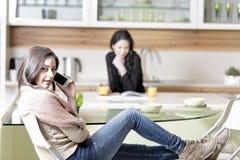 2 друз в кухне Стоковые Фото